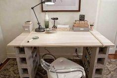 Mesa feita com folha de compensado e blocos de concreto.