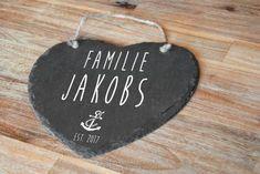 Ein schönes Familienschild aus Schiefer, das du natürlich für deine Familie individualisieren lassen kannst. Jedes Herz ist ein einmaliges Unikat und ein toller Blickfang. Das Schieferherz sieht an jeder Wand oder an der Haustür einfach toll aus.