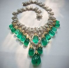 This week we are joyously celebrating all things green with at David Webb. This stunning emerald and diamond necklace doesn't disappoint. Maybe you recognize it from the December as worn by styled by and shot by Emerald Jewelry, High Jewelry, Diamond Jewelry, Beaded Jewelry, Jewelry Accessories, Jewelry Design, Emerald Diamond, Jacqueline Kennedy Onassis, David Webb