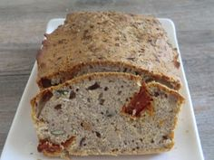 Cake salé à la farine de sarrasin aux tomates séchées, anchois et graines de courge sans gluten et sans lactose