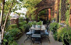 Roof top garden dining area  // Great Gardens & Ideas //