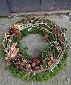 kranz diy - Diy Herbstdeko - Lilly is Love Outdoor Christmas Decorations, Christmas Wreaths, Christmas Crafts, Holiday Decor, Christmas Christmas, Diy Fall Wreath, Fall Wreaths, Wreath Ideas, Floral Wreaths