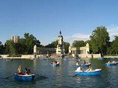 O Parque del Retiro é um dos pontos turísticos de Madrid que não podem ficar de fora. O parque está próximo da região dos museus. Uma boa opção para equilibrar o dia com um passeio ao ar livre e sentar para descansar, depois de ter passado um tempo de pé fechado em algum dos principais museus de Madrid. Esta foto mostra o lago, e ao fundo o Monumento a Alfonso XII.