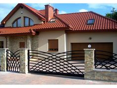 Bramy przesuwne House Main Gates Design, Fence Gate Design, Front Gate Design, House Front Design, Modern House Design, Balcony Grill Design, Balcony Railing Design, Gates And Railings, Iron Stair Railing
