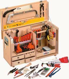 Die Werkzeugkiste Opo-Comfort wurde speziell für die individuellen Bedürfnisse von Schreinern und Tischlern entwickelt. Angefertigt aus europäischem Birkenholz, bietet sie eine stabile Konstruktion und ist dank seitlich angebrachter Traggriffe auch sehr leicht zu handhaben.