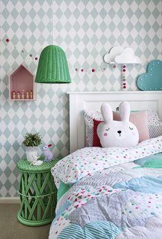 pokój dziewczynki | tapeta w romby + wiklinowy stolik nocny + wiklinowa lampa