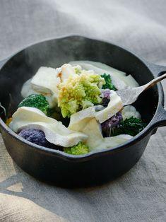 美しい色合いもこの料理のポイント! 紫カリフラワーは加熱しすぎるとグリーンに変色してしまうので、適度に火が通る程度に弱火で調理して。|『ELLE gourmet(エル・グルメ)』はおしゃれで簡単なレシピが満載!