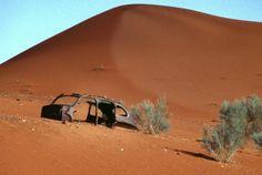 Südafrika / Namibia: Gestrandet in der Kalahari-Wüste Eine herbe Landschaft: Grundton beige. Sengende Hitze. Wir verlassen nach 1115 km ab Pretoria die Teerstraße und nehmen in Karasburg die C11 und dann die P259 in nördlicher Richtung. Da es hauptsächlich geradeaus geht, können wir mit 100 km/h über die Piste brettern, die in Teilen mit recht scharfkantigen Steinen gekrönt zu sein scheint – wie wir aber zu spät feststellen