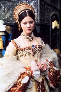 "Stunningly beautiful photo of the tragic Lynne Frederick starring as Queen Katherine Howard in the 1972 film ""Henry VIII and his six wives"" Mode Renaissance, Renaissance Costume, Renaissance Fashion, Renaissance Clothing, Tudor Costumes, Period Costumes, Movie Costumes, Tudor Dress, Medieval Dress"