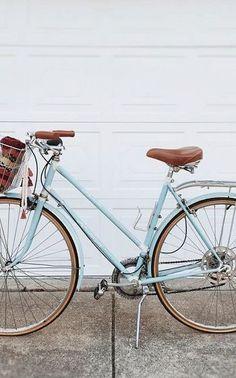 """Começando com uma pedalada de cada vez você vai longe. """"atravesse sua cidade de bicicleta."""" por @planofeminino"""