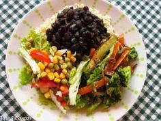 Arroz integral, feijão preto, legumes refogados (brócolis, cenoura e abobrinha) e salada (alface crespa, tomate, milho e ervilha).