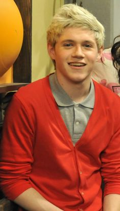 niall on the set of icarly. look how cute he looks i can't get over it i could just stare for 5 years and cry and be pathetic and it would be worth it.