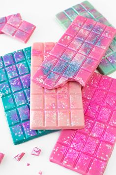 Edible Glitter Chocolate Bars (+ A Guide to Actual Edible Glitter) - Studio DIY . - Edible Glitter Chocolate Bars (+ A Guide to Actual Edible Glitter) – Studio DIY – Edible Glitte - Cute Desserts, Dessert Recipes, Cupcake Recipes, Colorful Desserts, Colorful Candy, Party Desserts, Party Snacks, Candy Recipes, Cute Food