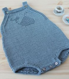 Per quelli che nasceranno questa estate Crochet Baby, Free Crochet, Knit Crochet, Knitting For Kids, Baby Knitting Patterns, Baby Boy Outfits, Kids Outfits, Baby Booties Free Pattern, Romper Pattern