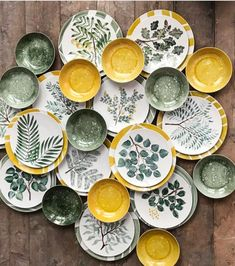 This is what the complete set looks like. Ceramic Plates, Ceramic Pottery, Pottery Art, Decorative Plates, Pottery Painting Designs, Pottery Designs, Paint Designs, Ceramic Painting, Ceramic Art