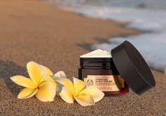 """Mit der Spa of the World™-Serie von THE BODY SHOP entdecken wir Pflegerituale aus der ganzen Welt. Inspiriert von der Hautpflege hawaiianischer Frauen, enthält die Kukuki Body Cream das aus der Kukuinuss gewonnene Öl. Dank seiner außergewöhnlich feuchtigkeitsspendenden Eigenschaften wird die Haut wieder elastisch, gepflegt und strahlend. Nun heißt es für dich: """"Aloah, schön gepflegte"""