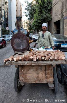 Sweet potato roaster . Cairo..Le vendeur de batata helowa