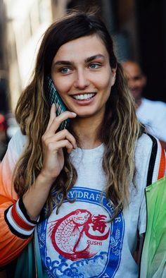 Sneakers, vaqueros y camisetas desgastadas: los looks de moda en la calle se dejan la etiqueta en casa... It´s New York, baby!