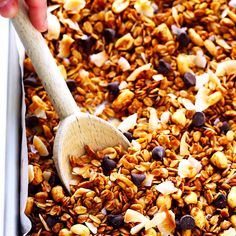 The BEST homemade peanut butter granola recipe! It's quick and easy to make, naturally and sweetened with honey, and totally delicious. Feel free to add in chocolate chips if you'd like! Peanut Butter Granola, Homemade Peanut Butter, Peanut Butter Recipes, Breakfast Healthy, Healthy Snacks, Healthy Recipes, Healthy Brunch, Healthy Granola Recipe, Homemade Granola Recipe
