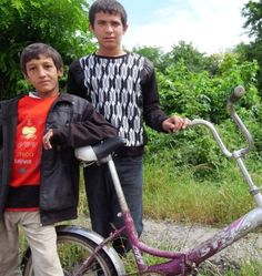 Drenge med en flottenheimer af en cykel.