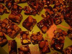 Nougat rouge aux amandes et noisettes: 500 grs sucre en poudre 250 grs de miel tournesol 500 grs amandes et noisettes *********** 1/Cuire dans une casserole, non adhésive, le sucre à sec jusqu'à fonte compléte de celui-ci. 2/Décuire avec le miel tiédi.(important...
