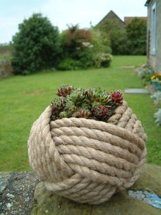 25 modern ideas for flower pots and planters - Garden Design Ideas Sisal, Rope Crafts, Diy Crafts, Recycled Crafts, Rope Decor, Rope Basket, Garden Projects, Garden Ideas, Patio Ideas
