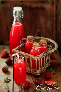 Strawberry Lemonade for the non alcoholic drinks at my wedding and in a different type of jar so they don't get confused. Party Drinks, Cocktail Drinks, Fun Drinks, Cocktails, Beverages, Refreshing Drinks, Summer Drinks, Bebidas Detox, Strawberry Lemonade