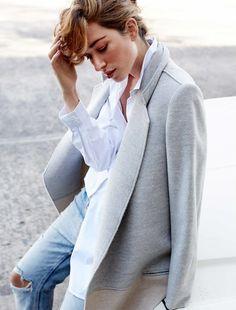 On aime quand un jean déchiré au genou vient perturber un look classique ! (photo The Chronicles of Her)