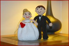 Bride and Groom Dolls - free crochet pattern plus videos from YARNutopia By Nadia Fuad. Measuring 8 - 10 inches tall.