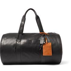 Destination : New York (Brooklyn). Le sac : Sac en cuir, Coach, 850€ chez Mr Porter. A ne pas oublier : un blouson en cuir