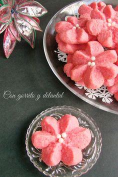 CON GORRITO Y DELANTAL: Galletas flor de Pascua