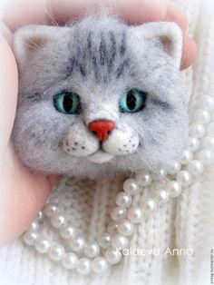 Купить Котик брошь - серый, брошь, брошка, брошь ручной работы, брошь из войлока