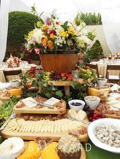 Cheese table for a rustic backyard wedding tabla de quesos para una boda rústica en el jardín