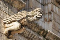 gárgolas: Riendo figura Gargoyle decoración Ayuntamiento medieval en Bruselas, Bélgica. Gárgolas en la tradición gótica utilizados para desviar el agua de lluvia de las paredes del edificio