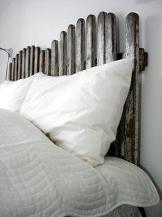 old wooden fence headboard.I do not know but it is interesting.and I am looking for a headboard. Bedroom Themes, Kids Bedroom, Master Bedroom, Bedrooms, Green Bay, Picket Fence Headboard, Romantic Cottage, Home Staging, Stores