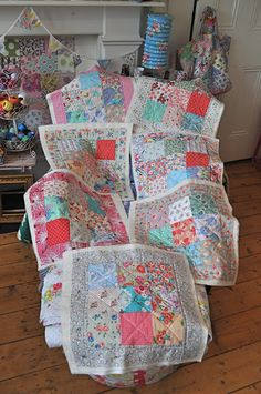 HenHouse: Quilting-on-the-Go. Love the feed sacks/30s fabrics. Gorgeous colours. I see inspiration for my Liberty stash!
