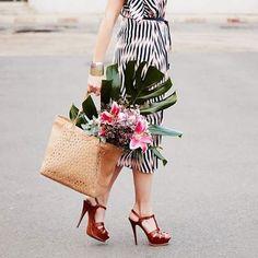 Nous envoyons une brassée de fleurs à toutes les grands mères en ce dimanche de fête! Vive les mamies!  #maisongaja #joiedevivre #lesacquisourit #happyfamily #grandma #sunday #happysunday #flowers #handbag #bag #accessories #gifts