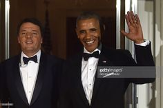 US President Barack Obama (R) waves as he welcomes Italian Prime Minister Matteo Renzi (2R) on the Noth Portico of the White House before a state dinner in Washington, DC on October 18, 2016. / AFP / Nicholas Kamm