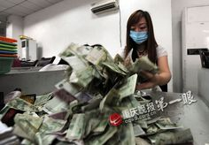 "Chongquing money counters - via ifeng.com (Chongquing Evening News report - Hand Cramps and ""Dust"")"