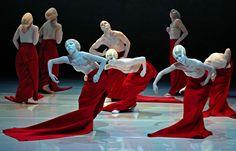 """'Shen Wei Dance Arts': """"Folding"""" (Shen Wei, pintor y coreógrafo, revela en cada trabajo un vocabulario de movimientos originales, combinados con elementos de cine, teatro y artes visuales)."""