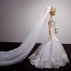 ⚜️Alice Monteiro 👰🏼❤️⚜ #Reeleitura #sammurakammi #bride #noiva #noivasdeluxo #dress #replicated #altacostura #hautecouture #dolls #weddingdolls #barbie #barbienoiva #barbiestyle #cerimonial #weddingplanner #photo #weddingphotography #fotografiadecasamento #art #artesanal #feitoamao #handmade #sougrato #fabulous #love #glam #fabulous #love #dreams