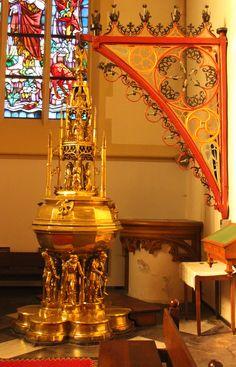 's Hertogenbosch - Sint-Janskathedraal. Het doopvont uit 1492 is vervaardigd door de Maastrichtse edelsmid/kunstenaar Aert van Tricht. Het wordt gedragen door zes gebrekkige mensfiguren die de mensheid symboliseren in afwachting van de goddelijke genade.  Op het deksel o.m. de doop van Jezus in de Jordaan. Foto: G.J. Koppenaal, 31/10/2015.