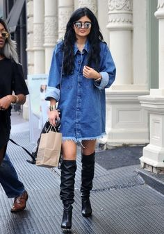 Kylie Jenners blue denim shirt dress and black knee-length boots - 46384 - SeenIt Kylie Jenner 2014, Kylie Jenner Outfits, Style Kylie Jenner, Kylie Jenner Photos, Blue Denim Shirt, Denim Shirt Dress, Style Casual, Casual Chic, Camisa Oversized