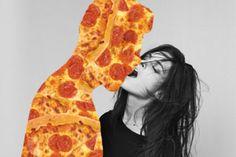 """No estamos seguros como categorizar esta pieza llena de pizza, si entra en """"jugando con comida"""" o """"fetiche de pizza"""", lo que si sabemos es que amamos todo lo que esta pasando aquí. Pizza y fetiches aquí definitivamente nos gustan las dos cosas Juxtapoz Erótica Ama la Pizza, por siempre."""