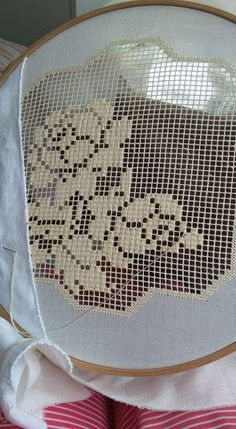 Antep işi/ Bordando Filet// Maria L.Bertolino/ www. Hardanger Embroidery, Embroidery Hoop Art, Cross Stitch Embroidery, Cross Stitch Patterns, Embroidery Designs, Crochet Patterns, Filet Crochet, Hand Crochet, Crochet Lace