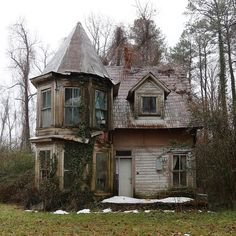 Creepshack - Welcome! Old Abandoned Buildings, Abandoned Property, Abandoned Mansions, Old Buildings, Abandoned Places, Beautiful Buildings, Beautiful Homes, Photo Post Mortem, Creepy Houses