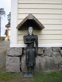 Perhon kirkon vaivaiisukko, jolle on annettu nimi Puu-Matti. Tekijä on perimätiedon mukaan kirkonrakentaja Matti Kuorikoski Kaustiselta. Matti Kuorikoski on rakentanut kellotapulin v. 1799 ja tapulin on korjannut Heikki Kuorikoski v. 1840, ja on arvioitu, että Puu-Matti on ilmestynyt paikalleen tapulin seinään näihin aikoihin. Matti Kuorikoski on kuollut v. 1800, joten tiedoissa on ristiriitaa. Joko Puu-Matti on ilmestynyt jo tapulin rakentamisen aikaan tai sen on tehnyt Heikki Kuorikoski v…