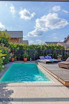 Die Poolabdeckung kann parallel als Terrasse genutzt werden und schützt vor Verschmutzung und Wärmeverlust. Landscaping Around Pool, Small Backyard Pools, Privacy Landscaping, Backyard Water Feature, Diy Pool, Small Pools, Garden Swimming Pool, Pool Houses, Jacuzzi