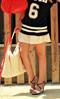 Sport look black and white. Cuple shoes http://www.lidiabedman.com/2013/08/camiseta-deportiva-un-must-esta.html