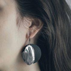 TURNA || Artisan earrings, handmade in Canada by Anne-Marie Chagnon (2017) || Boucles d'oreilles faites à la main à Montréal, par l'artiste bijoutière Anne-Marie Chagnon